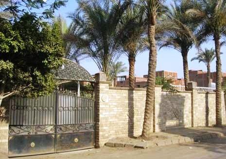 مدخل المقبرة المطل على الشارع الرئيسي